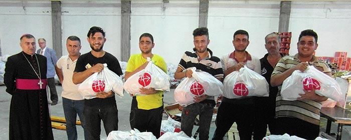 Deslocados recebem ajuda alimentícia