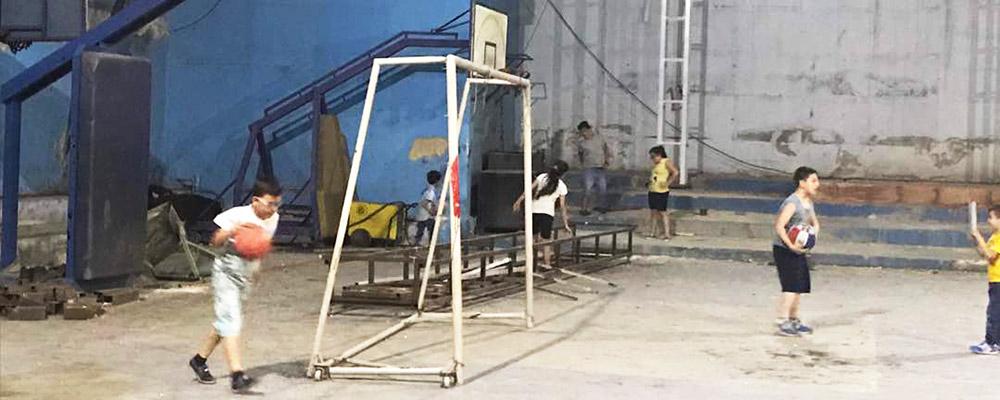Crianças brincando na quadra em reforma