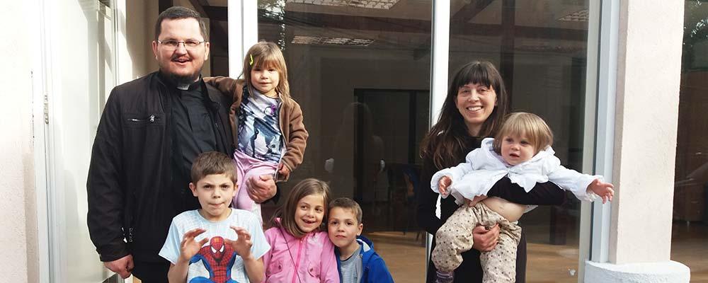 Padre e família católica da Macedônia
