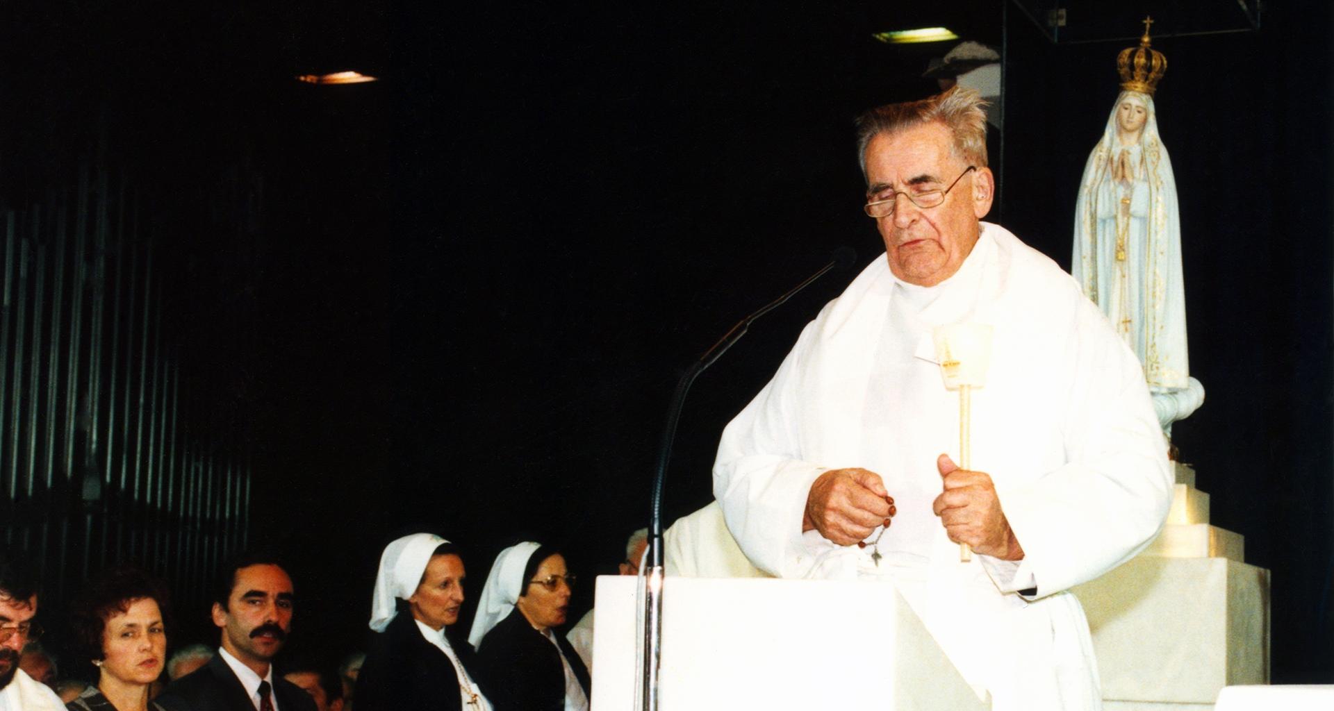 No aniversário de 50 anos da ACN, Pe. Werenfried reza o rosário na Capela das Aparições em Fátima.