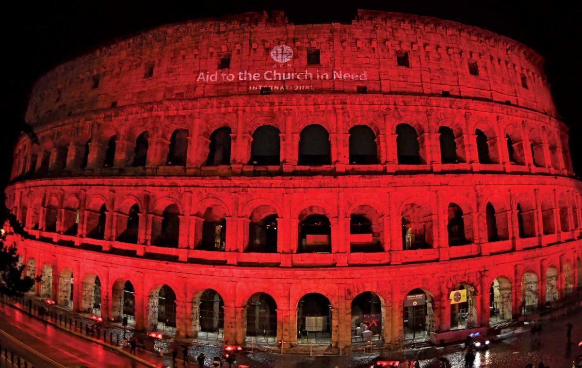 Coliseu em Roma fica vermelho em memória aos cristãos perseguidos