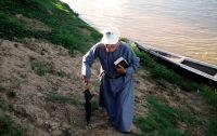 Padre Paolino chegando em comunidade ribeirinha no Acre, região amazônica