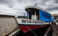 """Divina providência; barco na Amazônia brasileira de nome """"Deus Proverá II"""""""