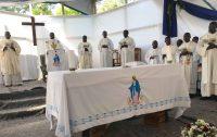 Missa em tenda no subúrbio de Hinche, Haiti