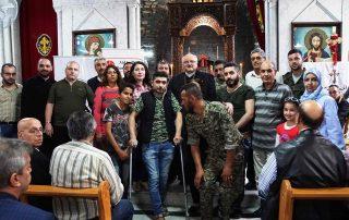 Pe. Habemba com famílias cristãs que terão suas casas em Homs reconstruídas.