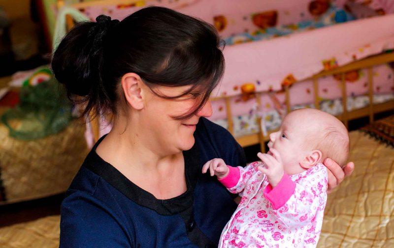 Mãe e seu bebê em centro de acolhida para mulheres na Rússia