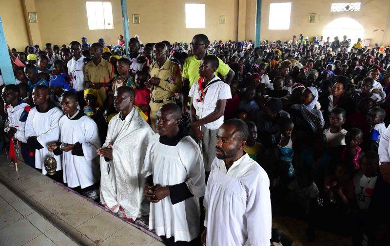 Fieis no Santuário da Divina Misericórdia em Uganda
