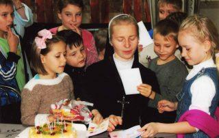 Abrigo para crianças cuidado por freiras no Cazaquistão