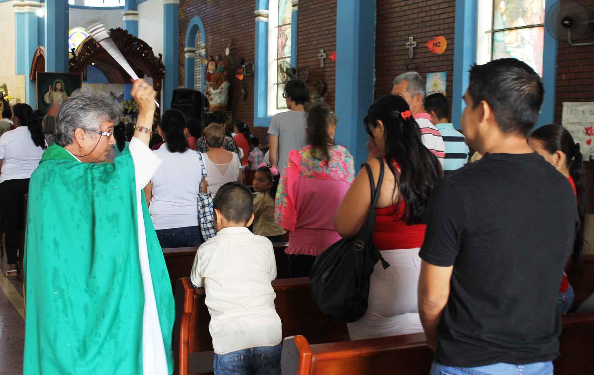 Padre Esteban em sua igreja na fronteira da Venezuela