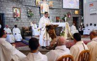 Padre argelino Paul-Elie Cheknoun percorre longas distâncias para atender católicos com veículo apropriado financiado pela ACN