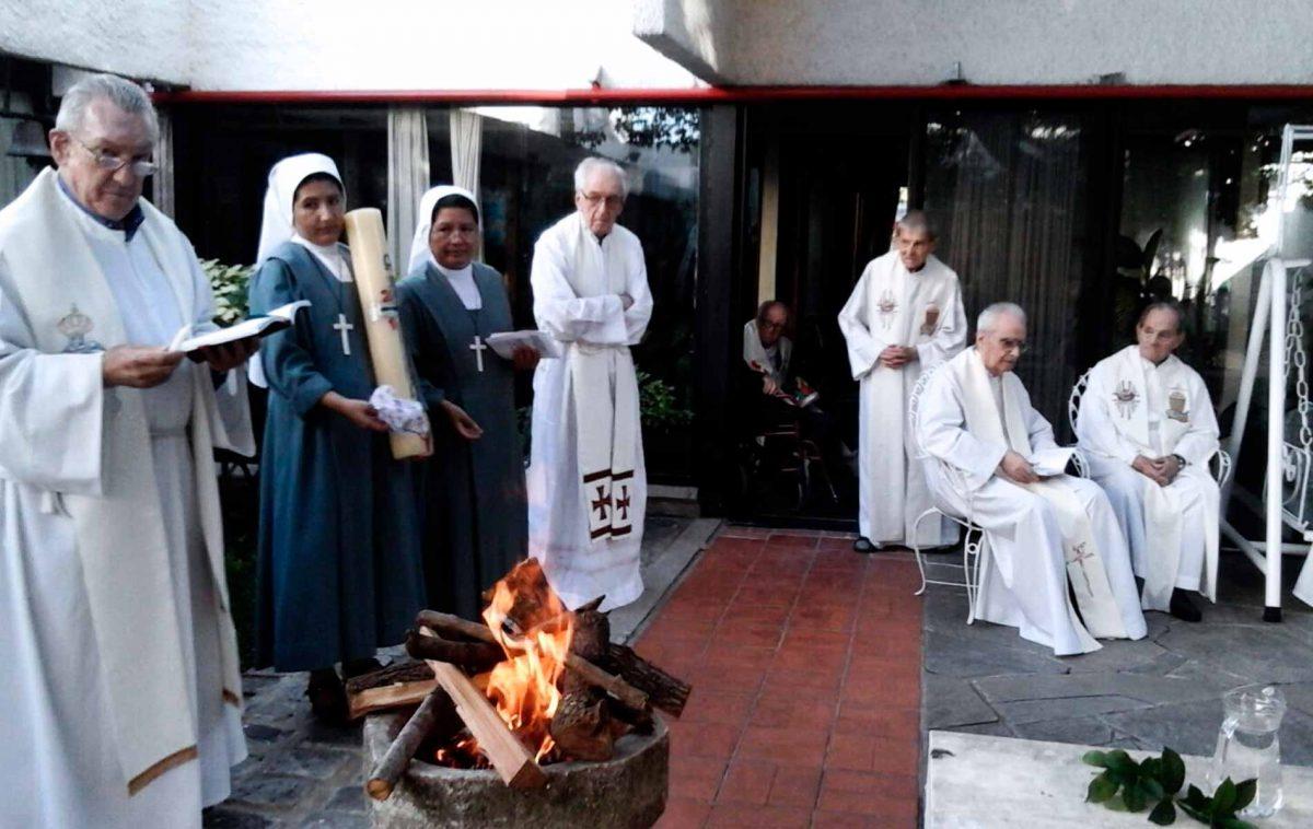 18 sacerdotes idosos celebrando a ressurreição em Montevidéu, Uruguai.