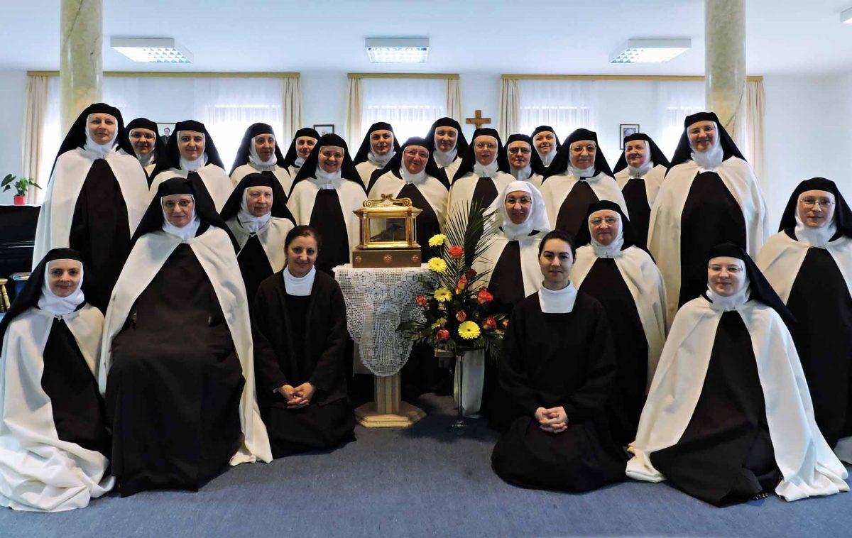 27 Irmãs Carmelitas em clausura no Convento de São José, em Breznica Djakovacka, Croácia (Dedicadas à vida de oração).