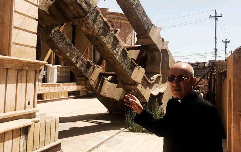 Padre Georges Jahola mostra destruição na Planície de Nínive