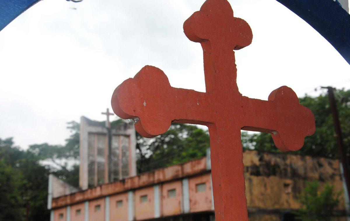 Cruz em igreja na Índia