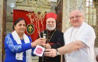 Senhora recebe oliveira que marca início da reconstrução dos lares de Nínive