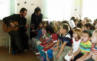 Assistência de existência a 63 irmãs da Diocese de São José em Irkutsk: Cantando com as crianças