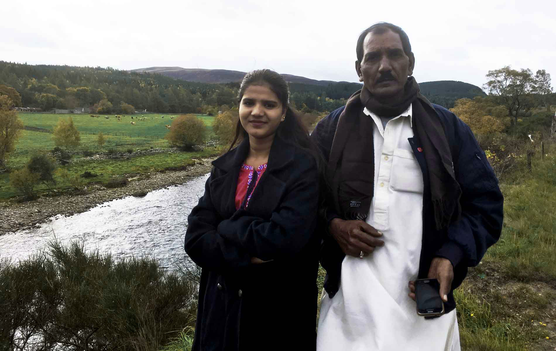 Eisham Ashiq de 19 anos e seu pai Ashiq Masih, no Reino Unido