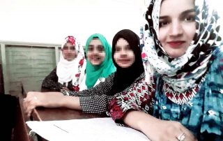 À direita Kainut, com suas colegas estudantes da universidade (Paquistão)
