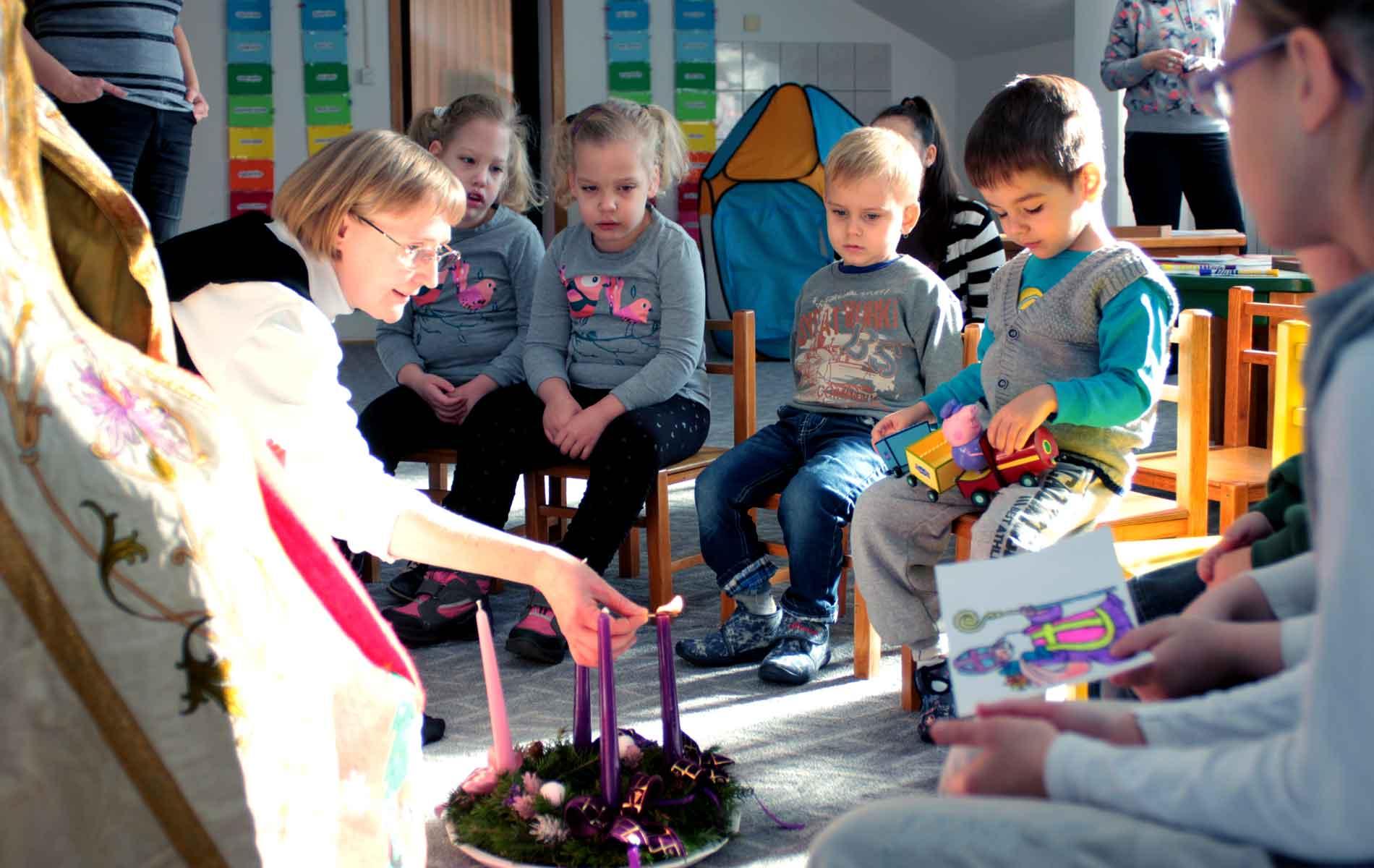 Irmã Cecília organiza uma colônia de férias para 60 meninas no terreno da casa