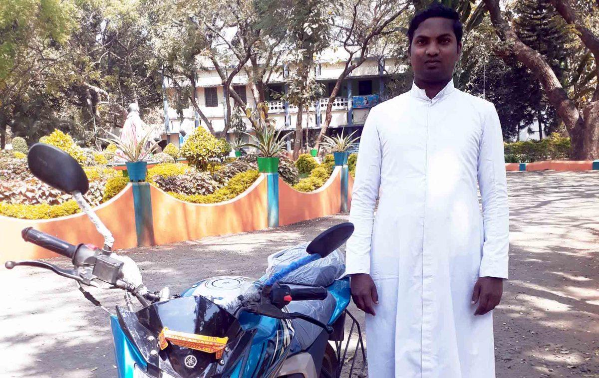 Motocicleta ajuda trabalho pastoral de Padre em vilarejos rurais