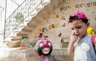 Uma criança na escola de verão da catedral católica em Aleppo