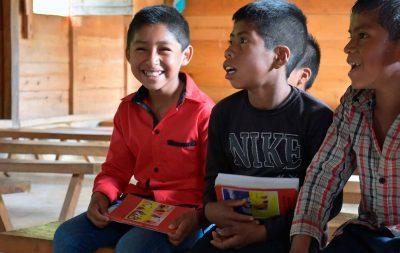 Crianças em uma capela da paróquia de Bachajón, Chiapas, México, com uma cópia da Bíblia da Criança em sua língua nativa Tseltal