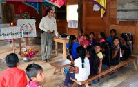 Crianças em uma capela da paróquia de Bachajón recebem visita do Padre José Avilés