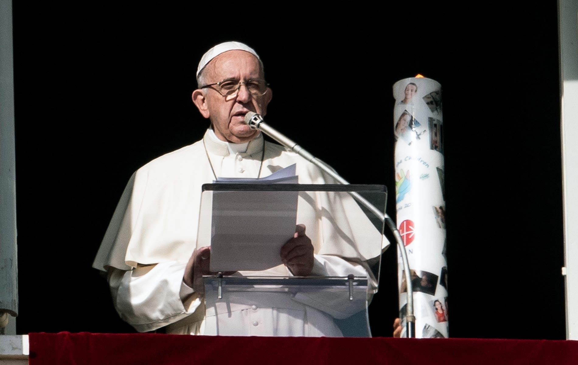 Santo Padre acendendo uma vela pela paz na Síria