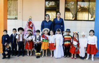 """Irmã Griselda com as crianças da escola """"Nuestra Señora de Urkupiña"""""""
