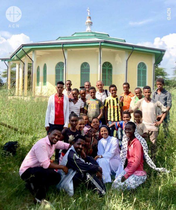 Construção da igreja de Pawe, aldeia de Addis Alem