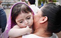 Mãe carrega a filha nos braços na Nicarágua