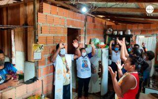 Na foto: Padre Bruno rezando com os fieis
