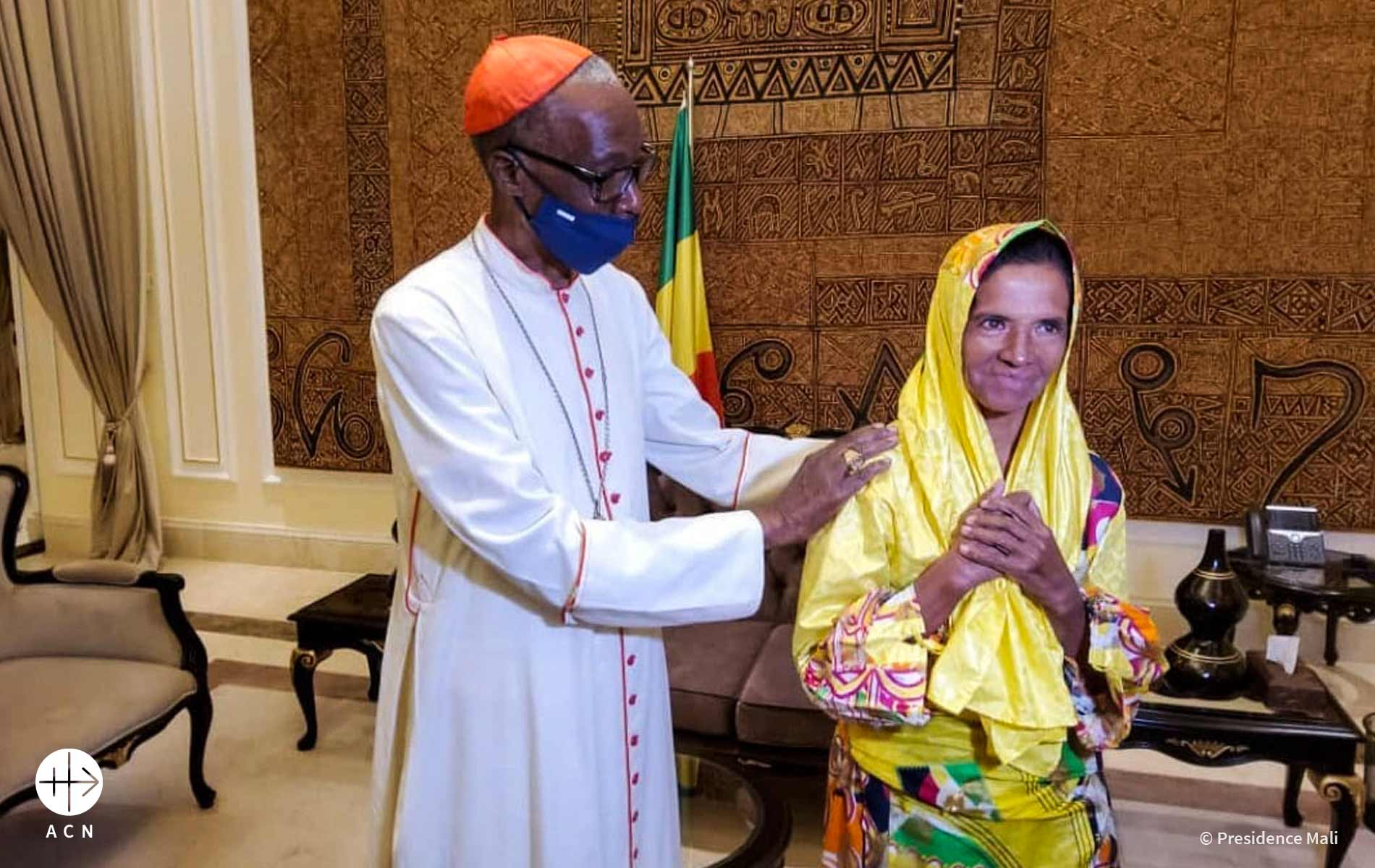 Foto de freira libertada com o bispo