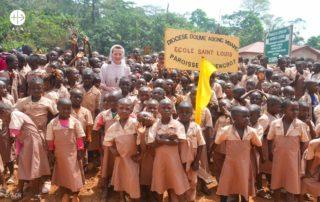 foto de crianças reunidas em escola